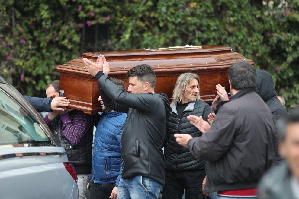 Palermo, l'addio al clochard arso vivo: rabbia e commozione