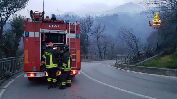 Ponente di Genova, fuoco nelle alture di Cogolato: sfollate una cinquantina di famiglie