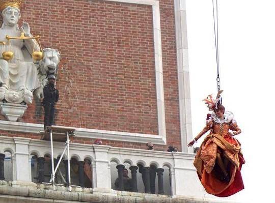 Carnevale di Venezia, più di centomila persone per il volo della colombina