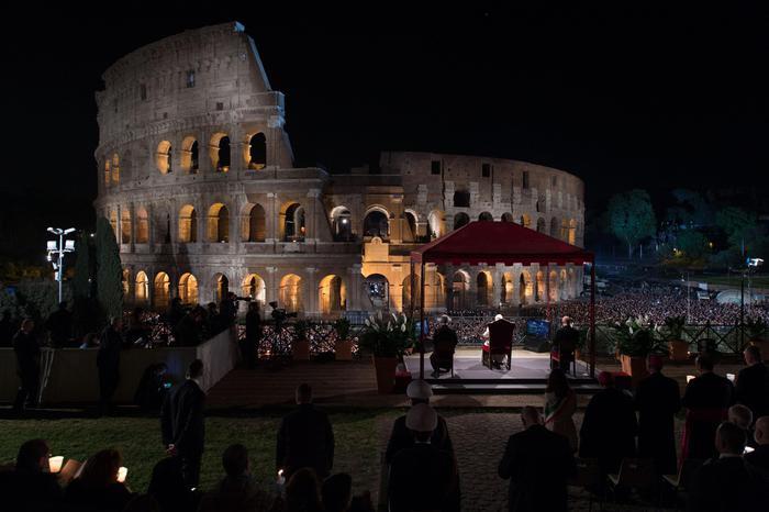 Papa Francesco al Colosseo per la Via Crucis