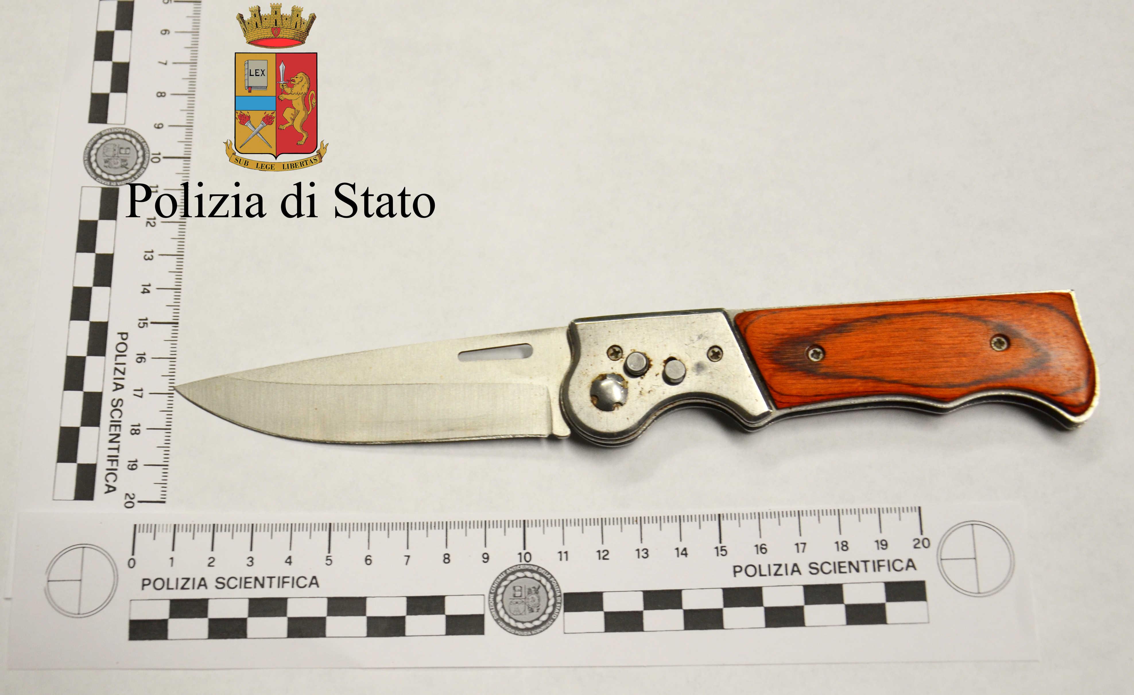 Avola, trovato con un coltello vietato: denunciato dalla polizia