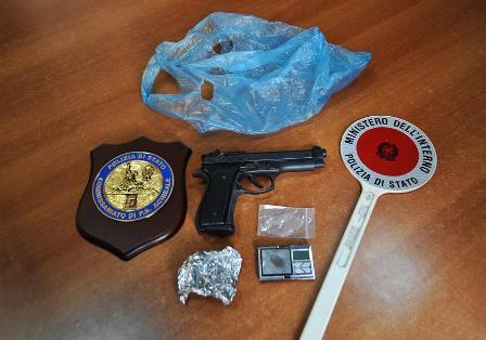 Catania, trovato con una pistola giocattolo illegale: denunciato