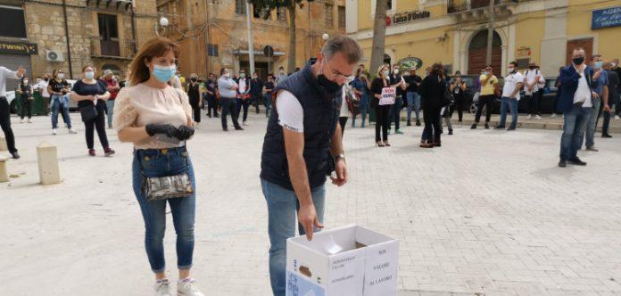 In piazza a Gela professionisti e artigiani contro la crisi economica