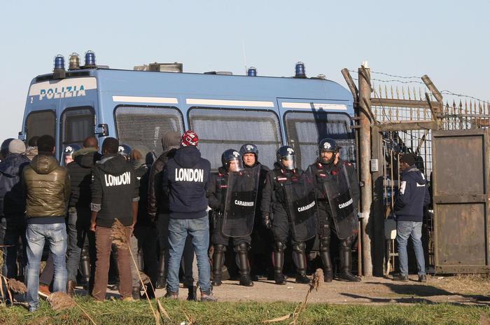 La rivolta dei migranti in Veneto, al via i primi cento trasferimenti