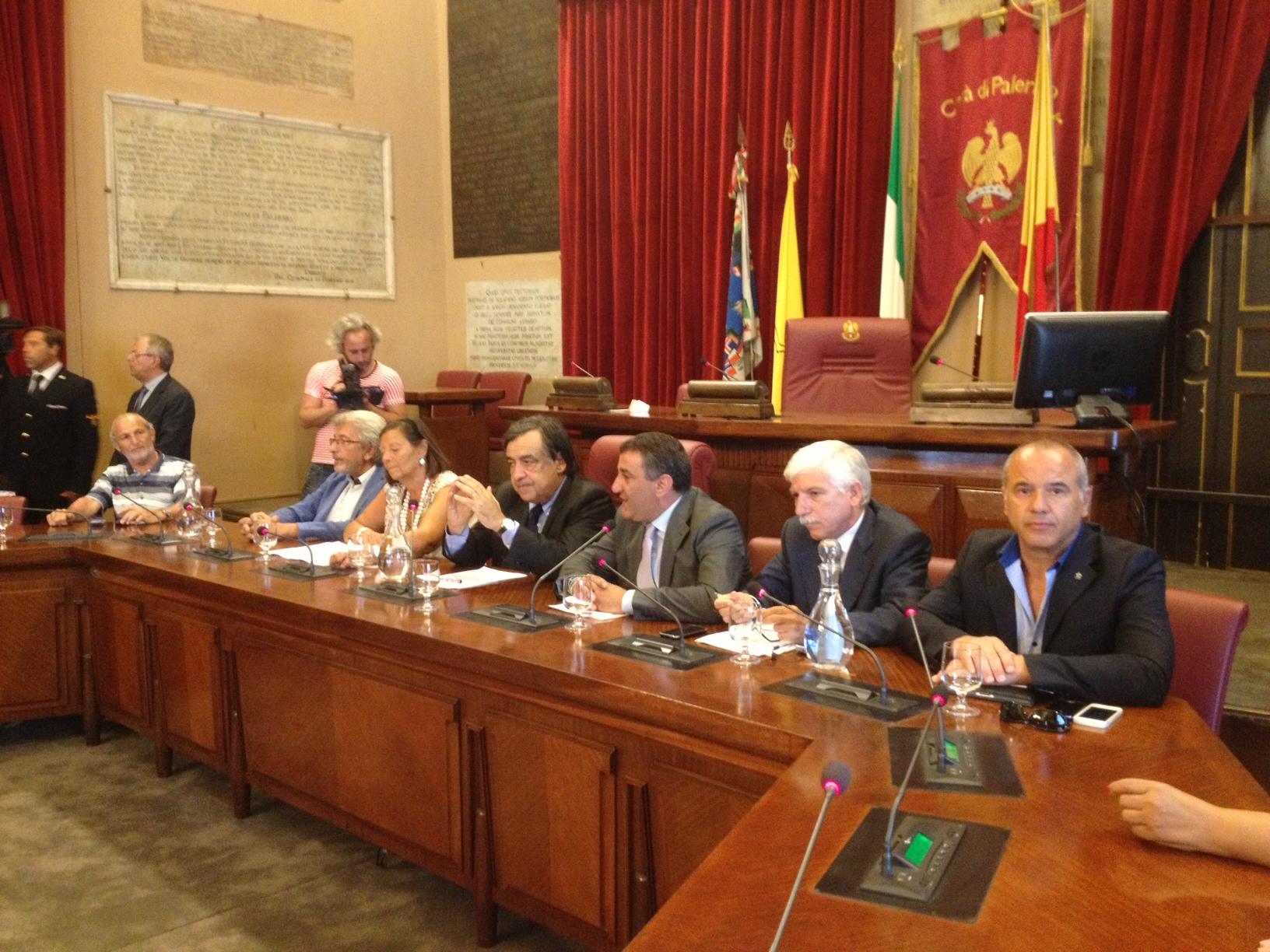 """Palermo, il M5s chiede le dimissioni di Orlando: """"Per il bene della città"""""""