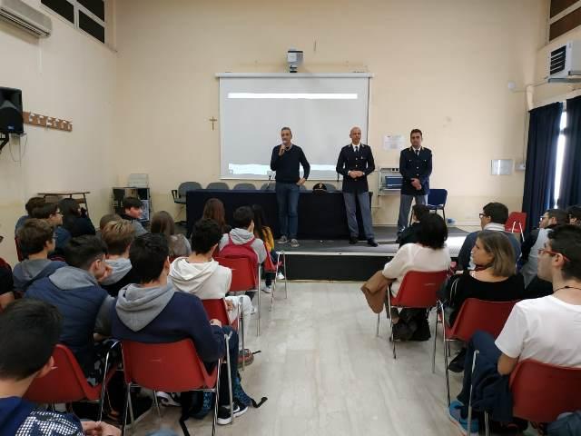 Legalità, la polizia incontra gli studenti dell'istituto Raeli di Noto