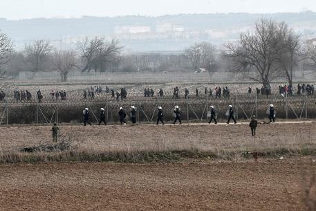 Nuovi scontri ai confini tra Turchia e Grecia, lacrimogeni sui migranti