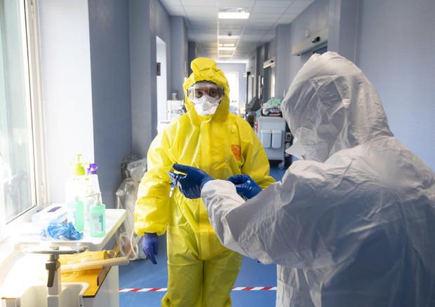 Coronavirus, quasi seimila contagi in un giorno: aumentano le terapie intensive