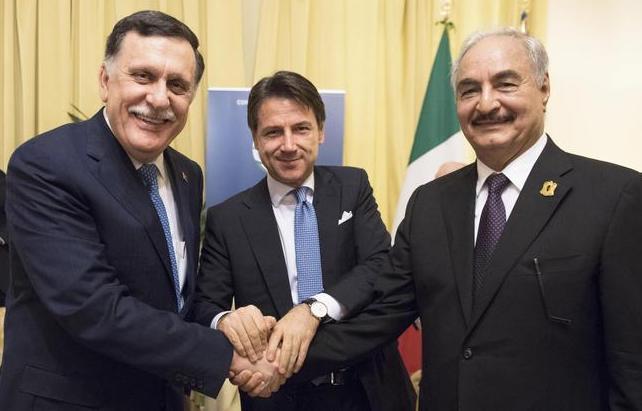 I leader libici si scambiano un bacio a Palermo, verso il disgelo