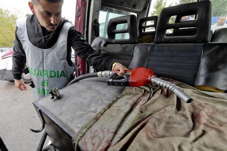 Contrabbando di carburante a Napoli, sequestri per oltre 17 milioni