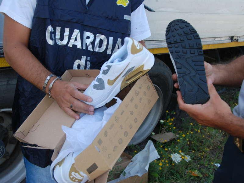 Contraffazione, scarpe Adidas e Nike sequestrate nel Nisseno