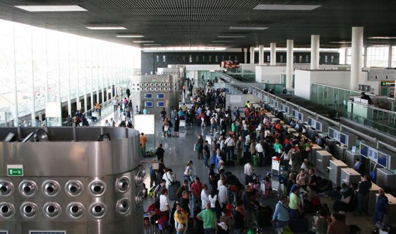 Contraffazione, 80 capi in valigia: denunciato all'aeroporto di Catania