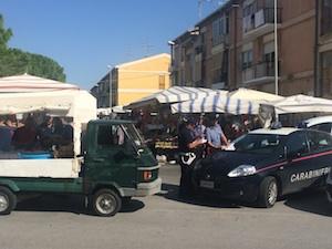 Carabinieri e vigili urbani al mercatino di Avola: multati 6 ambulanti
