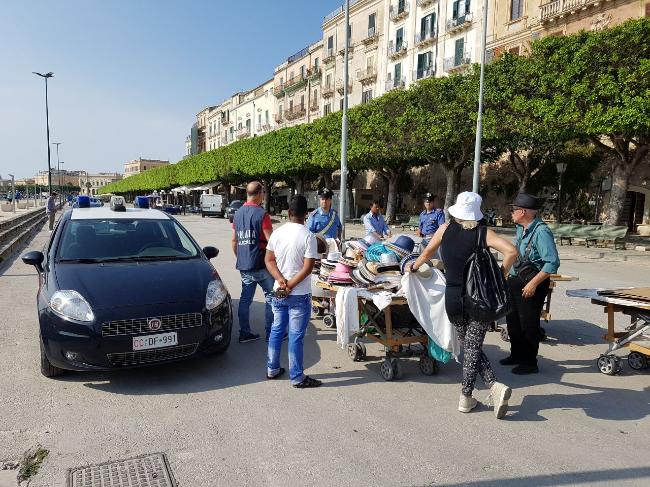 Abusivismo commerciale a Siracusa, maxi sequestro di merce