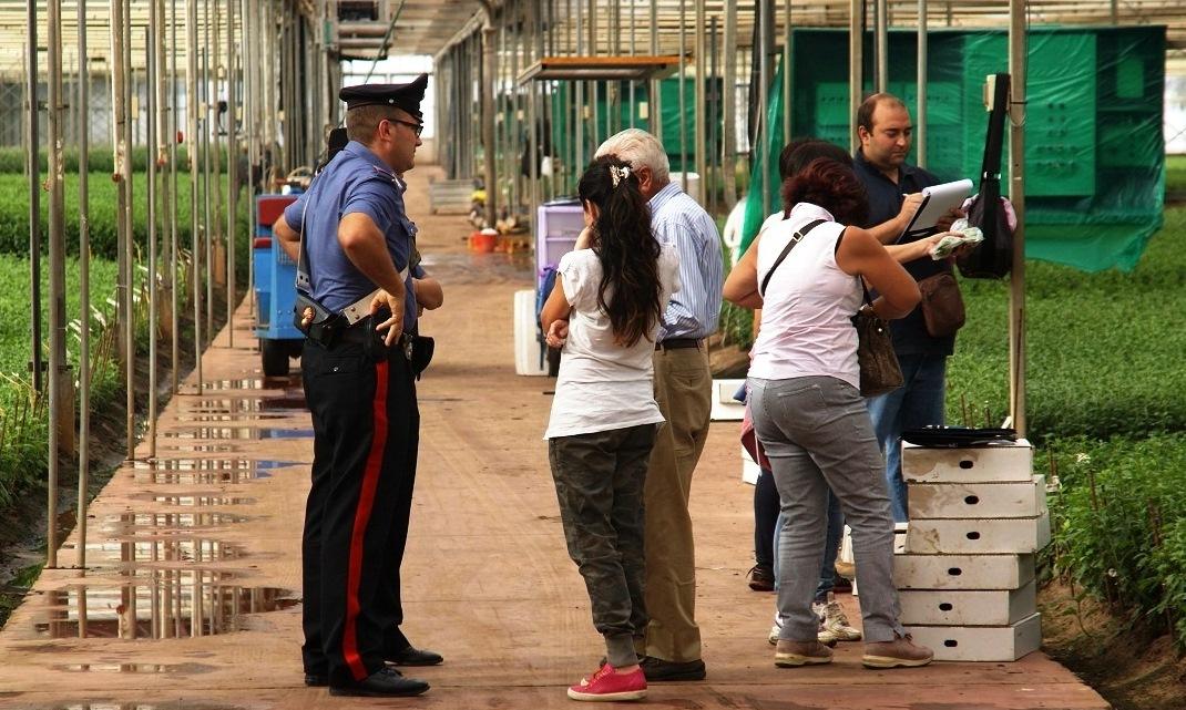 Lavoratori spiati e in nero, blitz dei carabinieri nel Siracusano