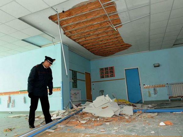 Bagheria, cede controsoffitto in una scuola: bimbi illesi