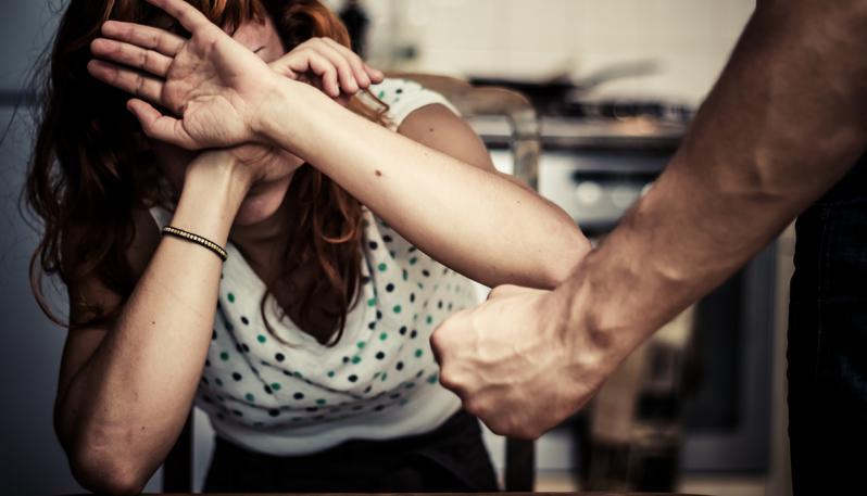 Pachino, picchia la madre e le frattura setto nasale e lesioni sparse