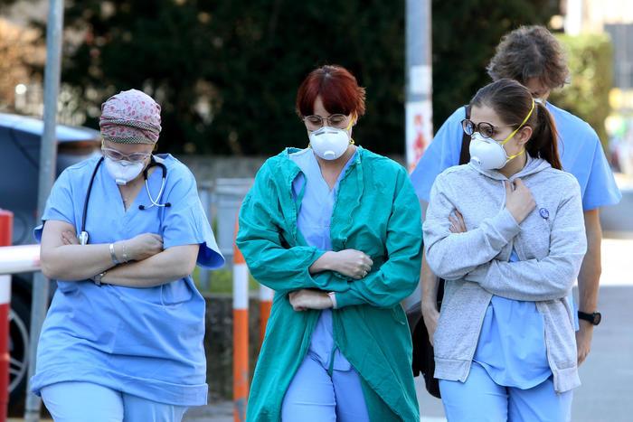 Coronavirus, divieto d'ingresso e di uscita dalle città focolaio: stop allo sport in Veneto e Lombardia, 2461 morti in Cina