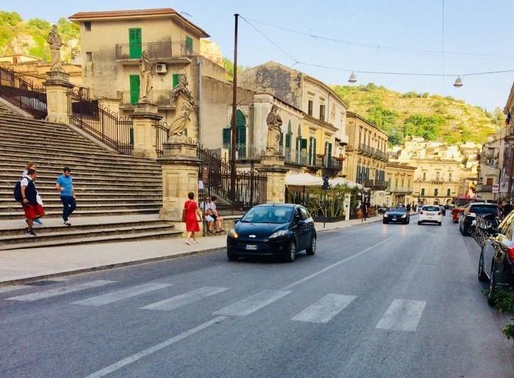 Viabilità, tornano le aree pedonali per il periodo estivo a Modica e a Marina