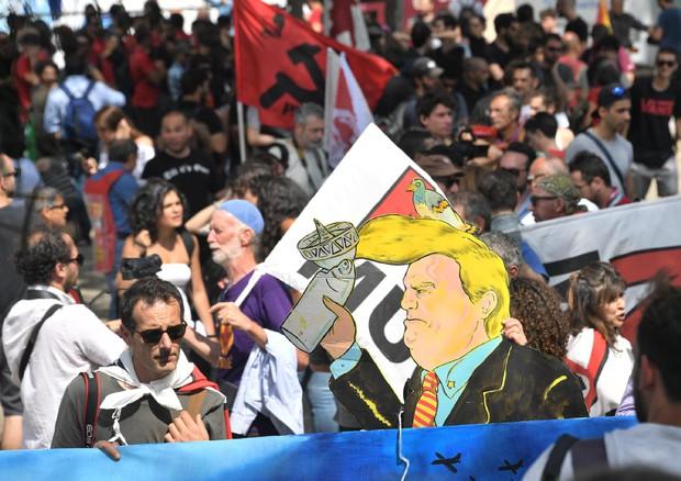 Mille sfilano a Giardini  Naxos contro i potenti della Terra