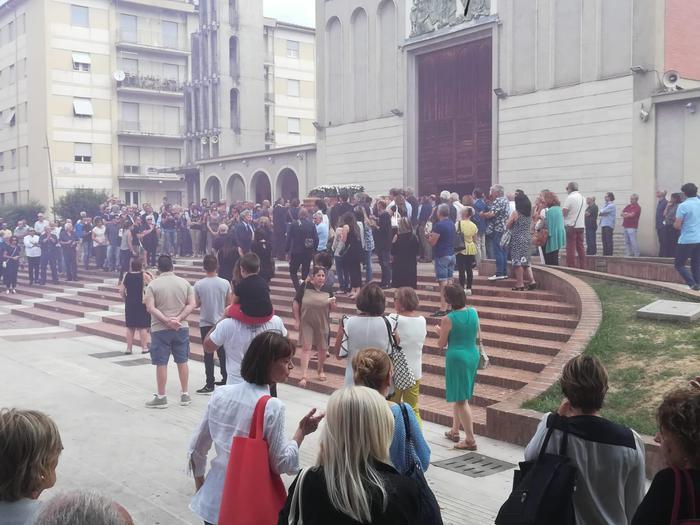 Ucciso a coltellate per difendere un amico, bagno di folla a Cosenza per Augieri