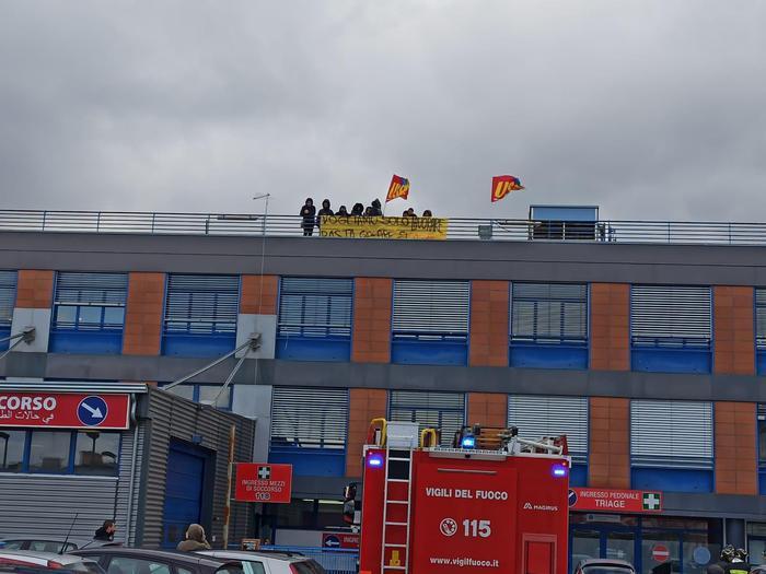 Lavoratori di una Coop licenziati sul tetto dell'ospedale di Cosenza