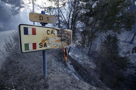 Costa Azzurra in fiamme, evacuate 10 mila persone