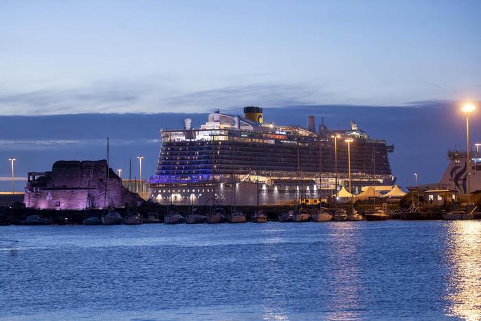 Civitavecchia, iniziato lo sbarco dei passeggeri della Costa Smeralda bloccati per il sospetto caso di Coronavirus