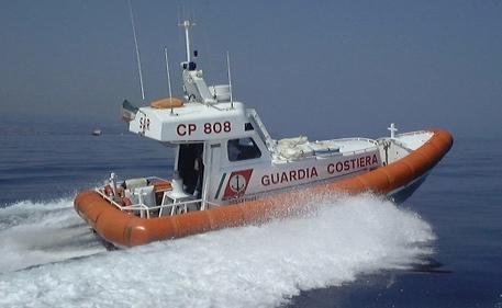 Guardia costiera salva due diportisti nel Golfo di Sant'Eufemia