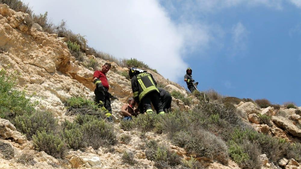 Lampedusa, cadono pietre dal costone dell'isola dei conigli: turista ferito
