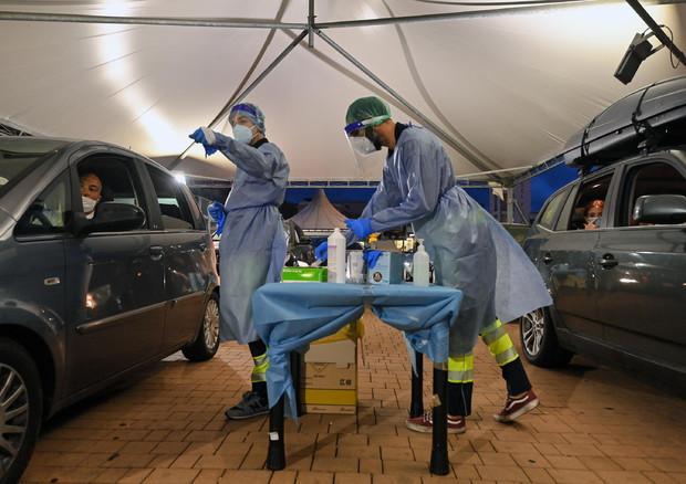 Coronavirus, contagi sotto i mille nelle ultime 24 ore