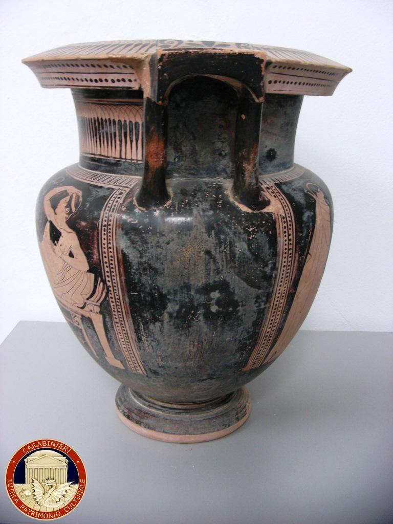 Prezioso vaso risalente al V secolo a.c. sequestrato ad Aci Castello