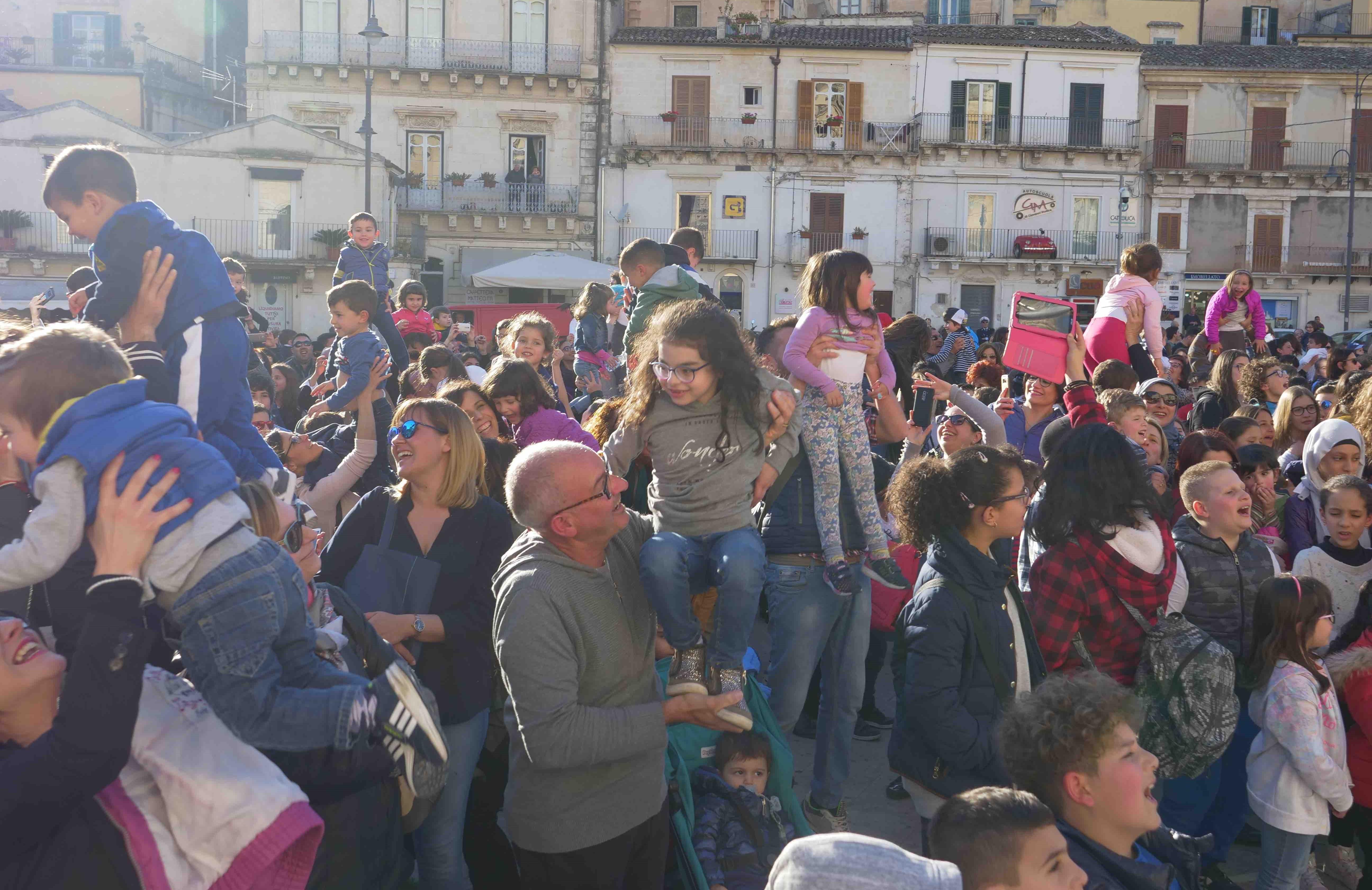 """Modica, in piazza Matteotti si è ripetuto il rito del """"Crisci ranni"""""""