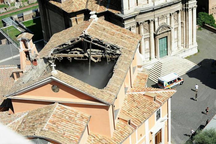 Crolla il tetto di una chiesa a Roma: nessun ferito