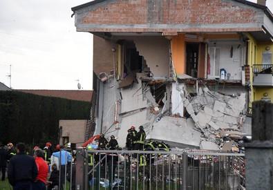 Crolla una palazzina nel Milanese, persone tra le macerie