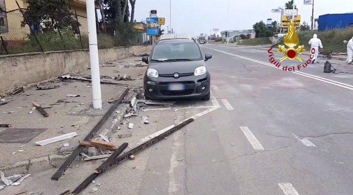 Maltempo, crolla la copertura di un capannone a Cagliari: auto danneggiate