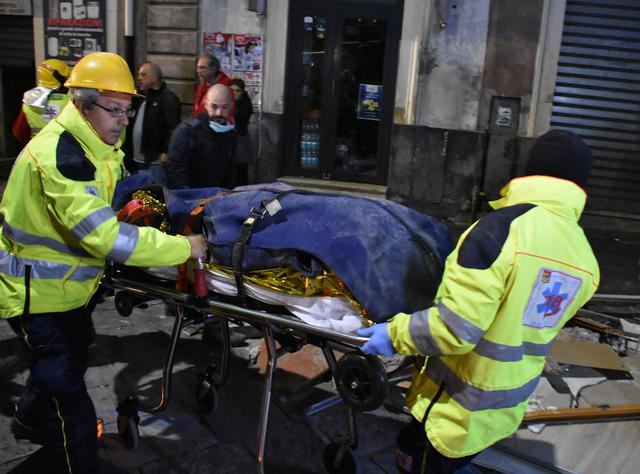 Crollo del palazzo a Catania, la Procura indaga uno sei sopravvissuti