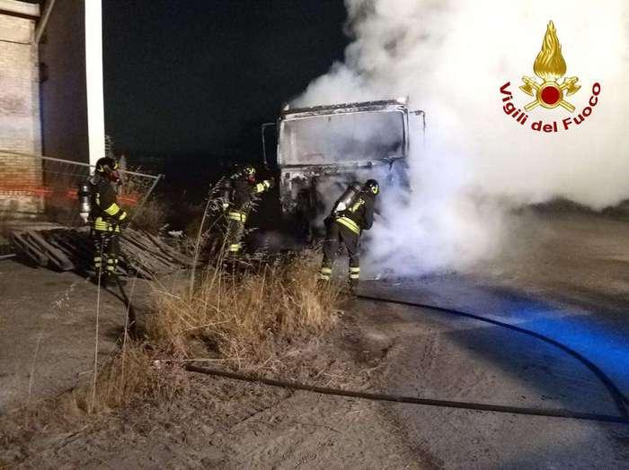 Camion in fiamme alla ex Montedison di Crotone: forse è doloso