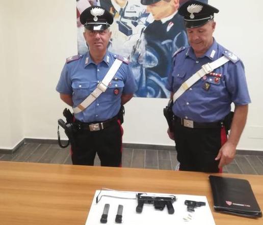 In auto con pistole e munizioni, 56enne arrestato a Crotone