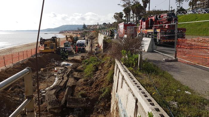 Crolla un muro sul lungomare: morti due operai a Crotone