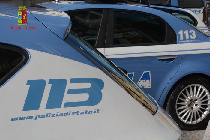 Parcheggia in doppia fila e poi aggredisce poliziotti: imprenditore arrestato a Cosenza