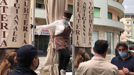 """Titolare di un bar di Cosenza si incatena: """"Si muore più di fame che di pandemia"""""""