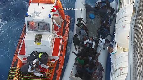 Catania, nave Diciotti al porto con 348 migranti ed i cadaveri delle 10 donne