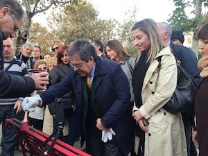 Femminicidio, panchina colorata di rosso in piazza Verga a Catania in memoria delle vittime
