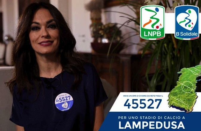 Campo di calcio a Lampedusa, Maria Grazia Cucinotta ci mette la faccia