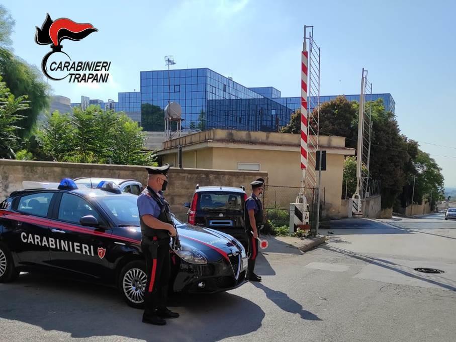 Castelvetrano, con l'auto contro sbarre passaggio a livello: denunciato