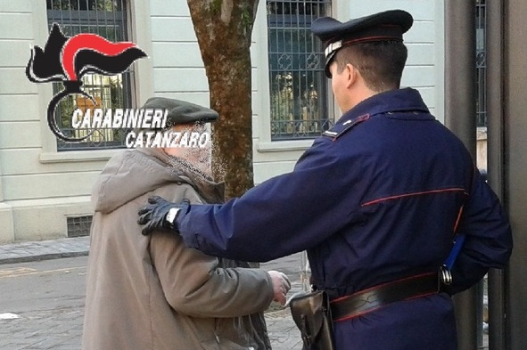 Catanzaro, badante carpisce fiducia anziano: gli ruba 1000 euro