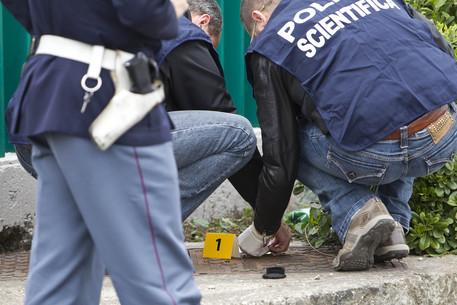 Napoli, tentano di rubare un'auto: conducente reagisce e loro sparano