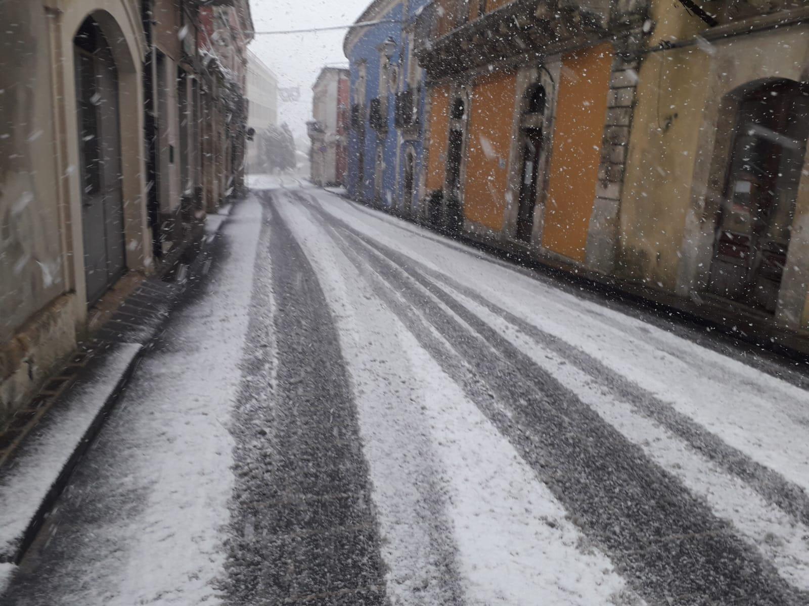 Palazzolo Acreide imbiancata, neve pure a Ferla: grandinate a Floridia e Solarino