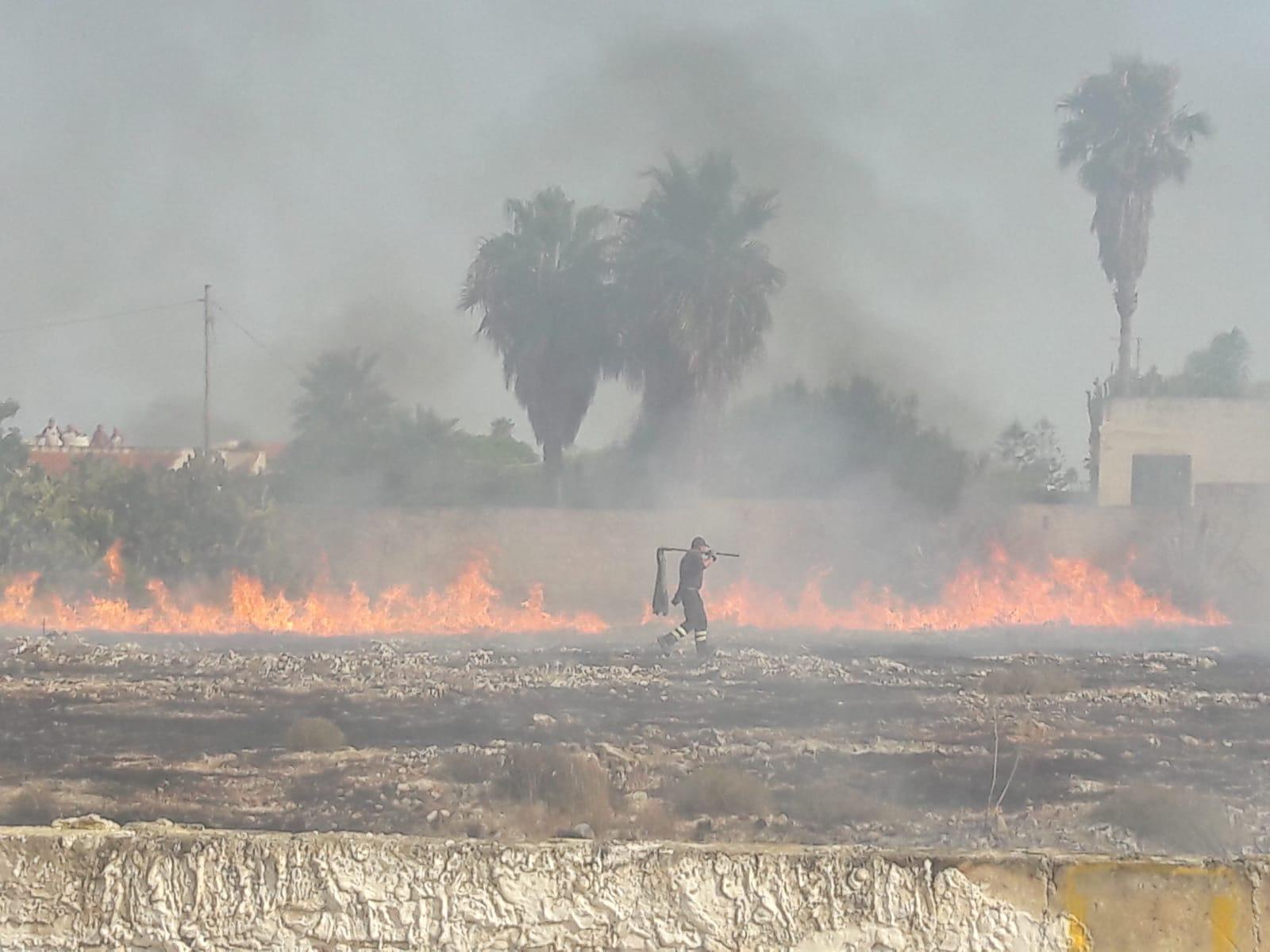 Incendio minaccia villaggio turistico a Marzamemi: paura a Bove Marino